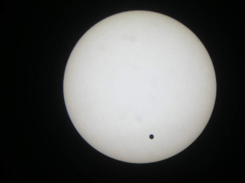 Přechod Venuše přes sluneční kotouč - fotografie pořízená přes dalekohled